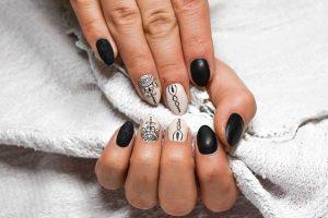 pudrowe paznokcie we wzory